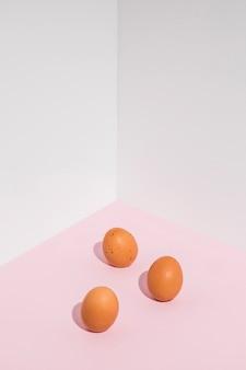 Tres huevos de gallina marrón en mesa