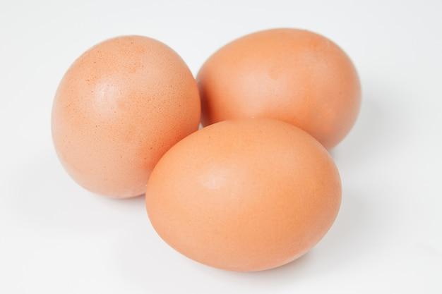 Tres huevos de gallina