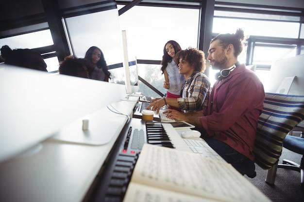 Tres ingenieros de sonido trabajando juntos