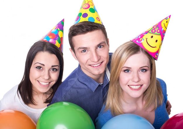 Tres jóvenes amigos se divierten en la fiesta de cumpleaños.