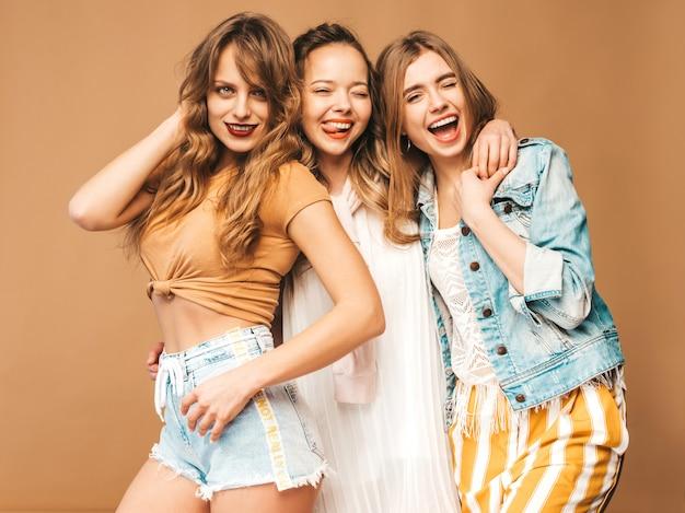 Tres jóvenes hermosas chicas sonrientes en ropa casual de moda de verano. sexy mujer despreocupada posando. modelos positivos