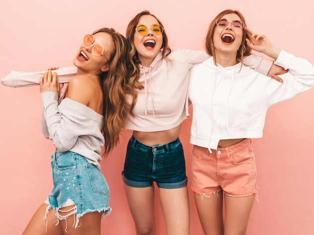 Tres jóvenes hermosas chicas sonrientes en ropa de moda de verano. sexy mujer despreocupada posando. modelos positivos divirtiéndose