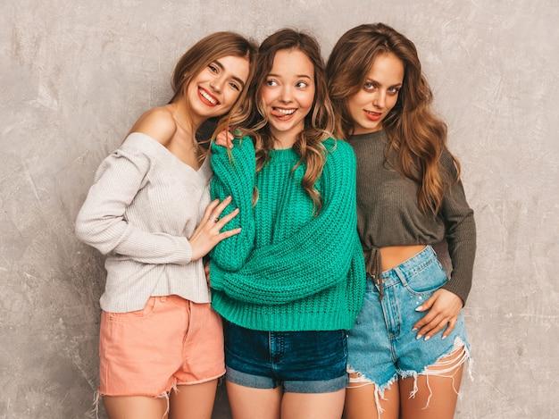 Tres jóvenes hermosas sonrientes hermosas chicas en ropa de moda de verano. sexy mujer despreocupada posando. modelos positivos divirtiéndose
