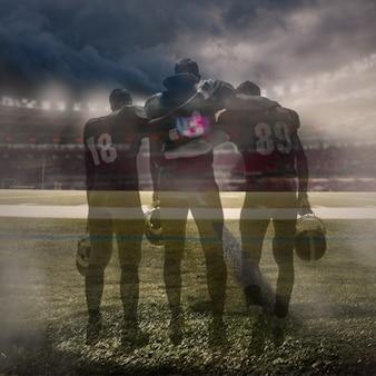 Los tres jugadores de fútbol americano en acción sobre hierba verde y fondo gris. collage