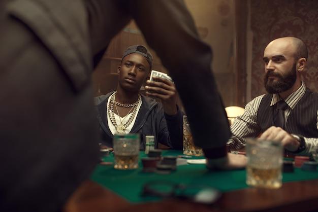 Tres jugadores de póquer en casino, blackjack