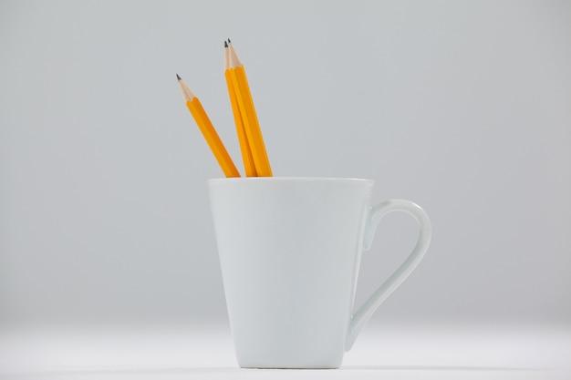 Tres lápices guardados en taza