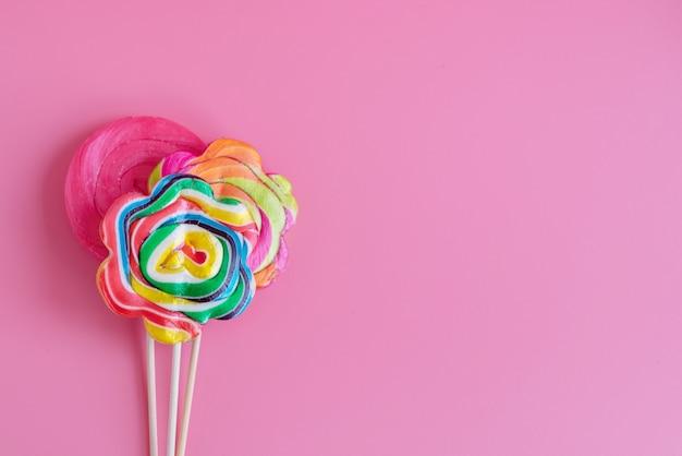 Tres lollipop sobre un fondo rosa, espacio de copia