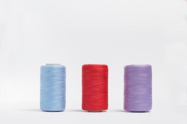 Tres madejas de hilos multicolores