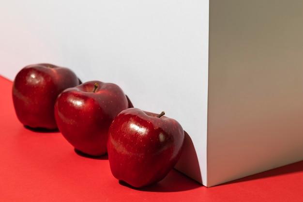Tres manzanas junto al podio.