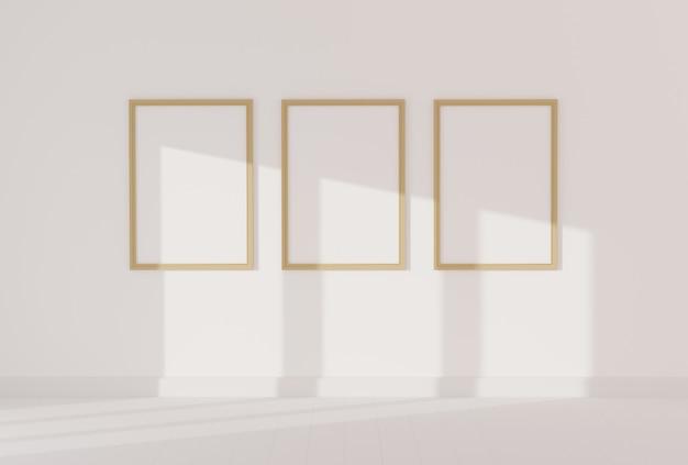Tres marcos de fotos vacíos para maquetas en sala blanca vacía