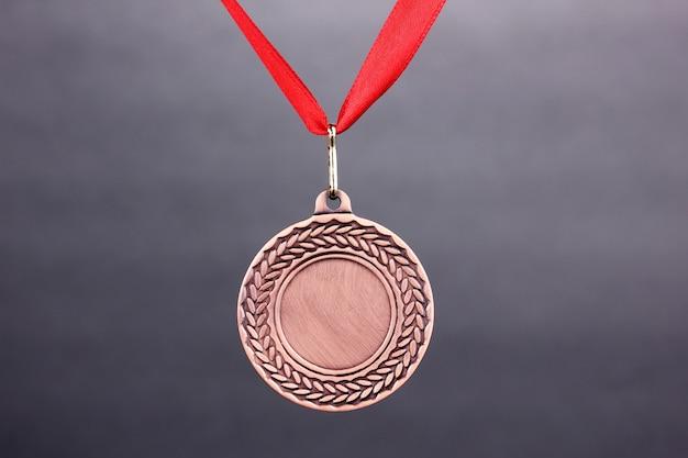 Tres medallas en el espacio gris.
