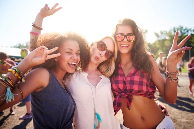 Tres mejores amigos en el festival.