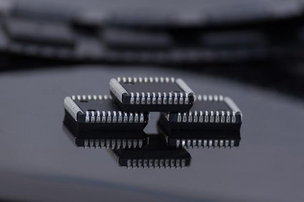 Tres microchips en el fondo negro