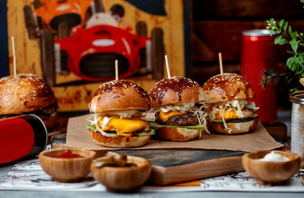 Tres mini hamburguesas en la mesa