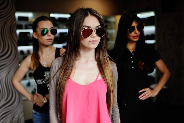 Tres mujeres con gafas de sol
