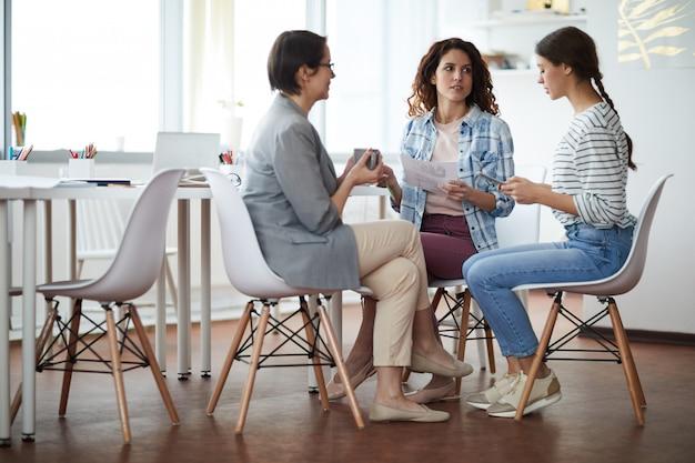 Tres mujeres jóvenes en una reunión de negocios