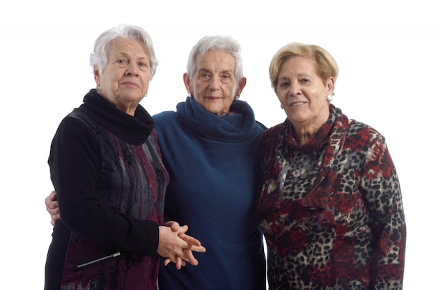 Tres mujeres mayores en blanco