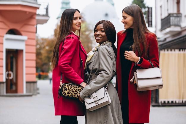 Tres mujeres multiculturales en la calle.