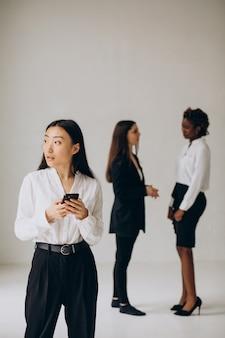 Tres mujeres de negocios multiculturales trabajando juntas
