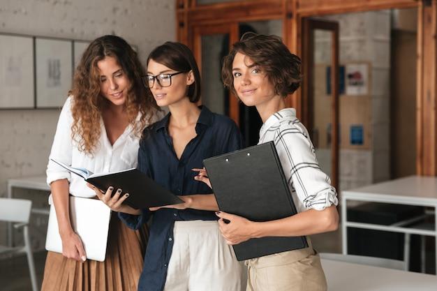 Tres mujeres de negocios en la oficina de trabajo conjunto