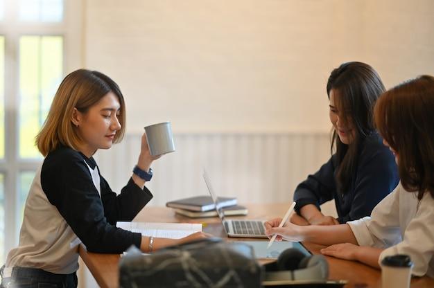 Tres mujeres tutor examen educación en la mesa.