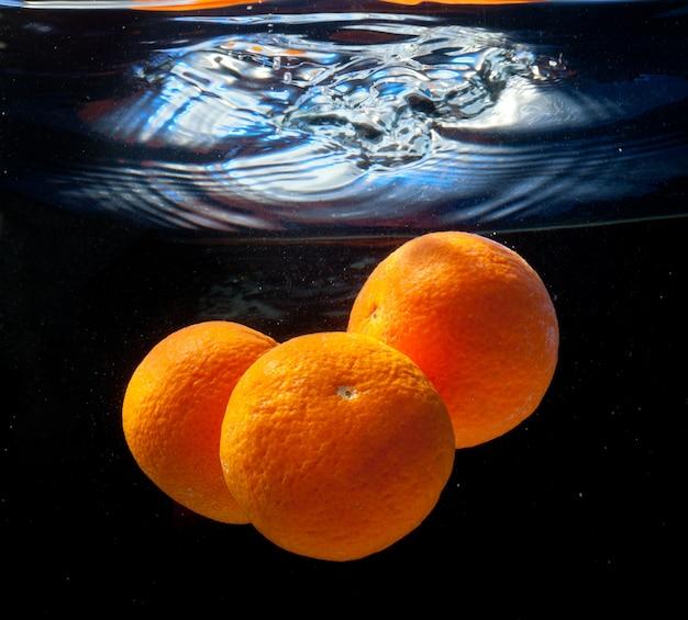 Tres naranjas en agua