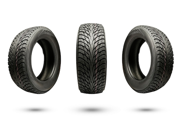 Tres neumáticos de fricción de invierno, aislar sobre un fondo blanco.