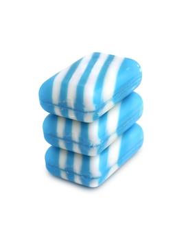 Tres nuevas barras de jabón de color sobre fondo blanco.