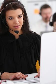 Tres operadores de servicio de call center en el trabajo