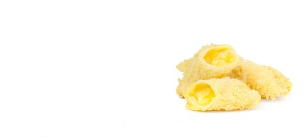 Tres palitos de queso fritos, uno lleno y apetitoso relleno apetitoso.