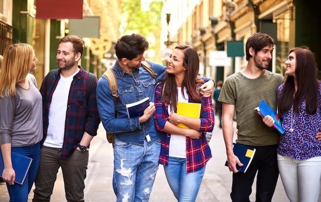 Tres parejas volviendo de la universidad