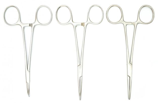 Tres pinzas quirurgicas