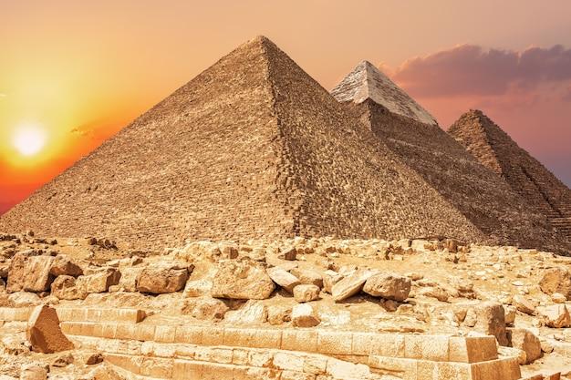 Tres pirámides más famosas de giza, egipto.