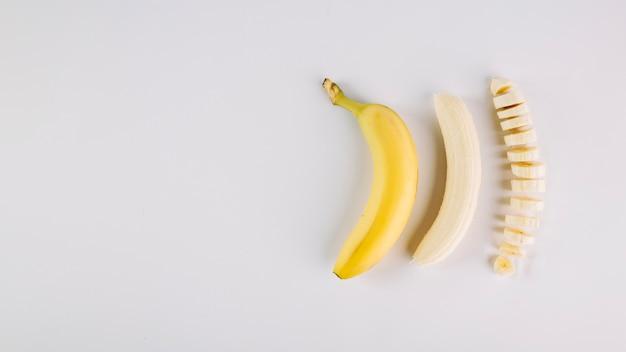 Tres plátanos en diferentes condiciones