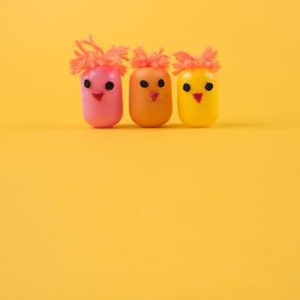 Tres pollos hechos de cajas de juguetes de huevo.