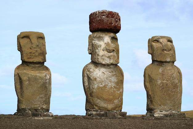 Tres de quince enormes estatuas moai de ahu tongariki en la isla de pascua, chile