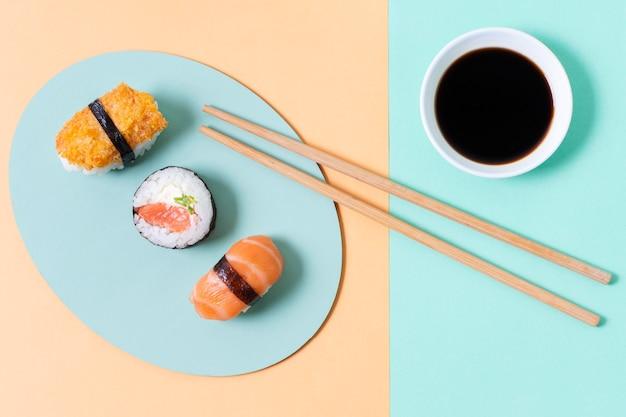 Tres rollos de sushi en plato