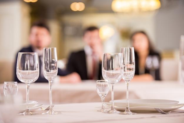 Tres socios comerciales se reúnen en un restaurante.