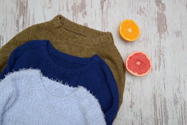 Tres suéter cálido, naranja y pomelo.