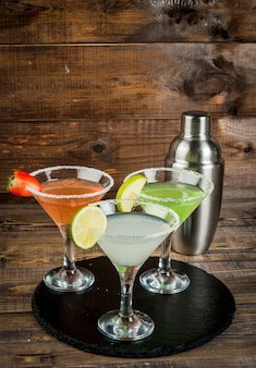 Tres tipos de cócteles alcohólicos con martini