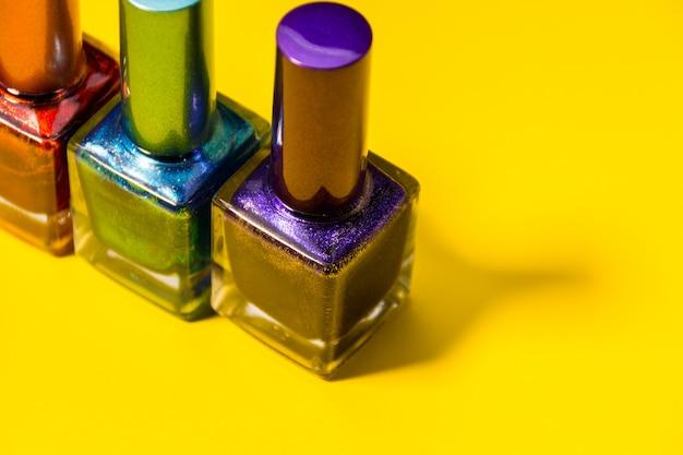 Tres tipos diferentes de uñas pintadas.