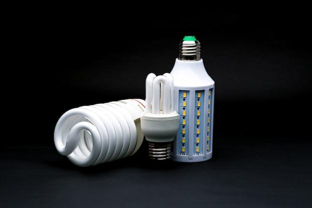 Tres tipos de lámpara led sobre fondo negro