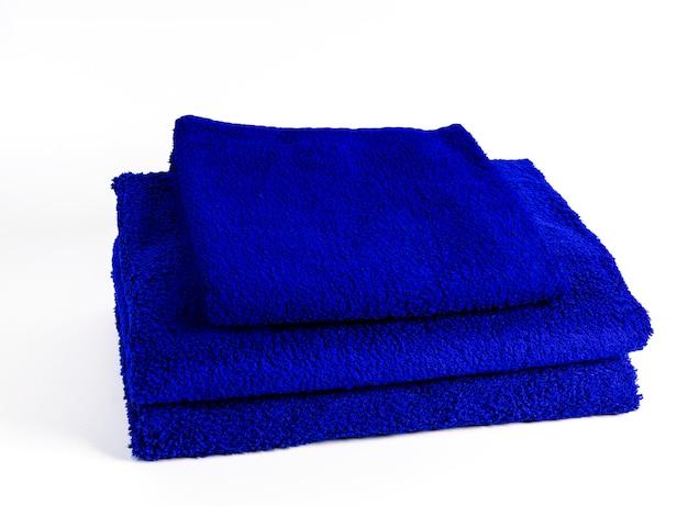 Tres toallas azules aisladas