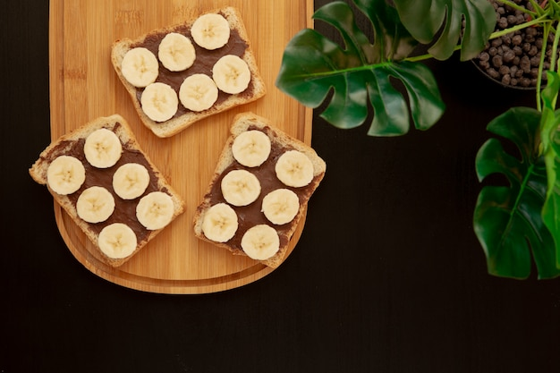 Tres tostadas de pan de plátano blanco con mantequilla de chocolate tha