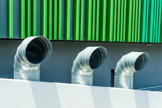 Tres tubos industriales para ventilación.