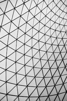Triángulo blanco y negro abstracto techado vertical