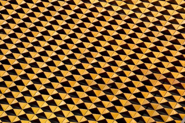Triángulo dorado con luz y sombra de decoración exterior en edificio moderno