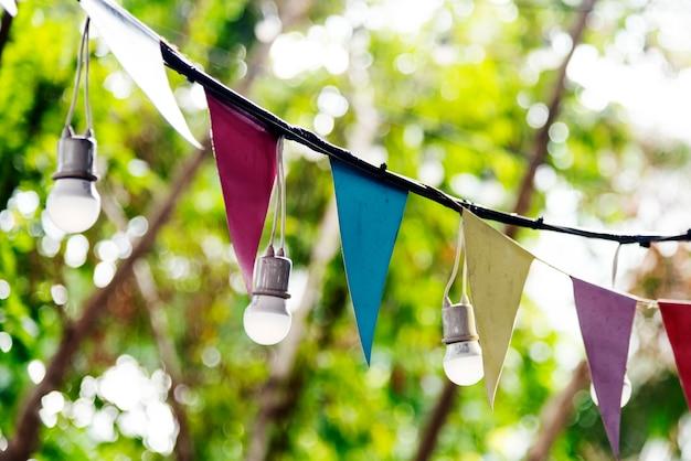 Triángulo de luces y decoraciones festivas.