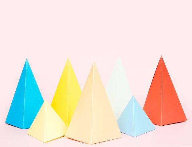 Triángulo de papel geométrico forma paquete de colores