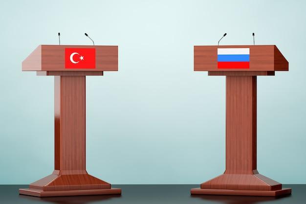 Tribuna del podio de madera se encuentra con banderas de turquía y rusia en el suelo
